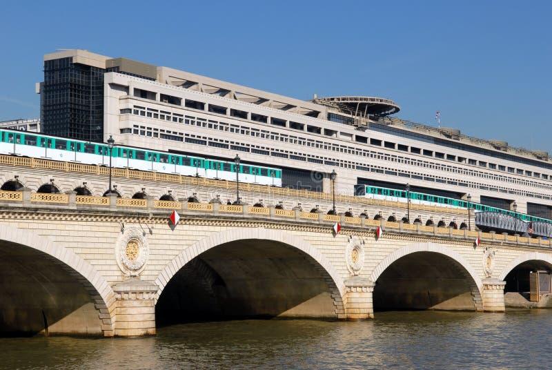 Die Brücke von bercy auf welchen Durchlaufmetros in Paris stockbilder