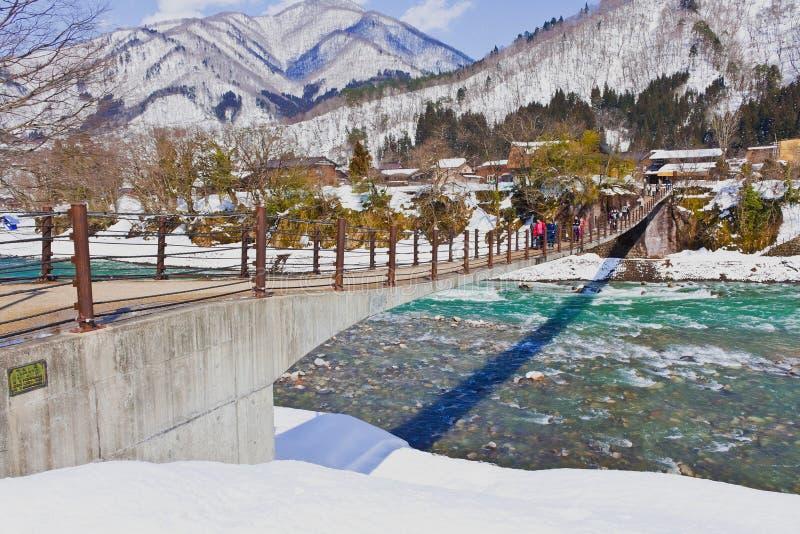 Die Brücke zu Ogimachi Dorf stockfotografie