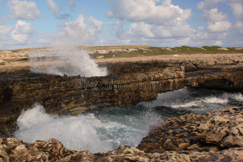 Die Brücken-Bogen des Teufels mit Wellen-Spray, Antigua. lizenzfreie stockfotos