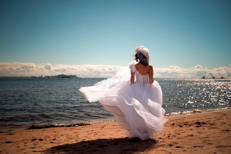 Die Braut über das Meer lizenzfreie stockfotografie