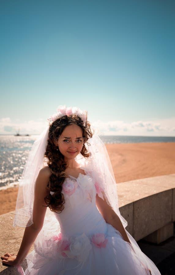 Die Braut über das Meer lizenzfreie stockfotos
