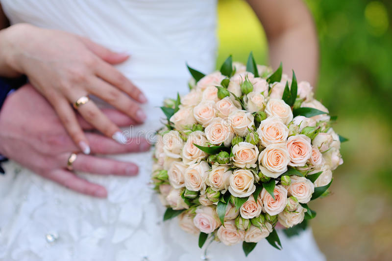 Die Braut, die Hochzeitsblumenstrauß von rosa und weißen Rosen hält lizenzfreie stockbilder