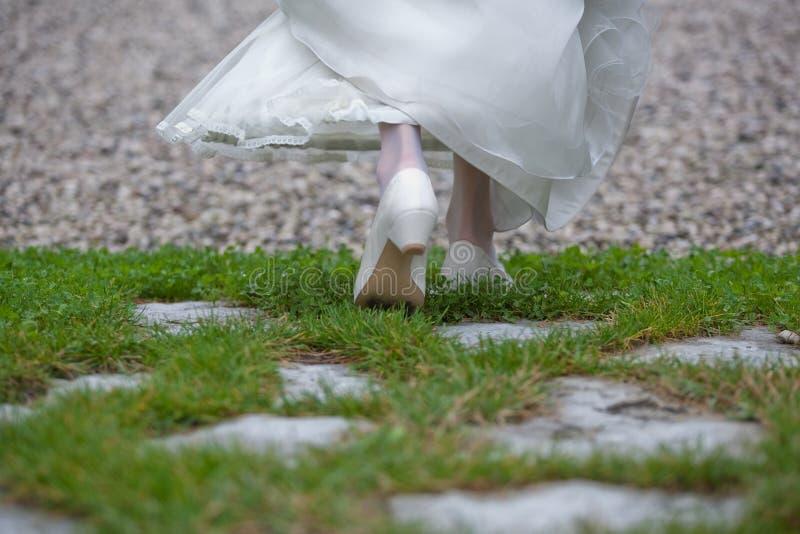 Die Braut, die mit dem Kleid geht stockfotografie