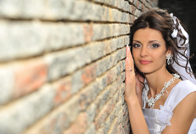 Die Braut an einer Wand lizenzfreies stockfoto