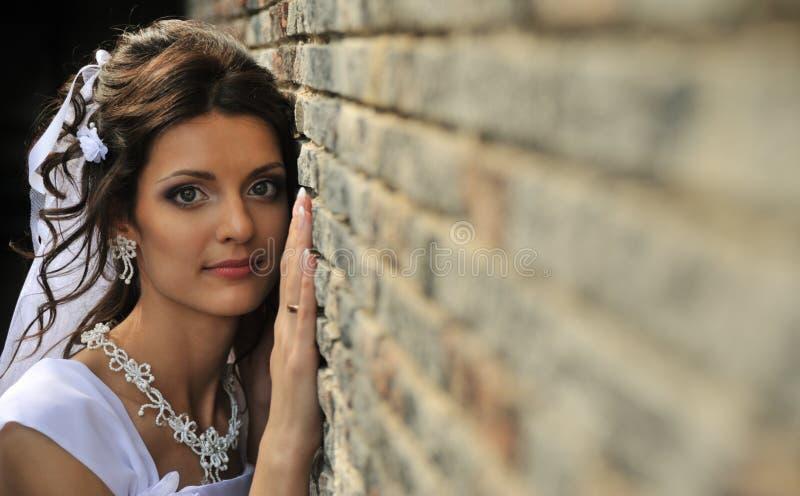 Die Braut an einer Wand lizenzfreies stockbild