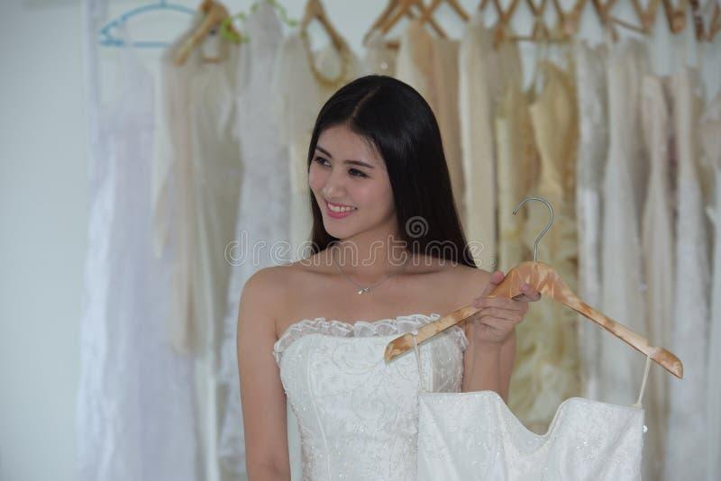 Die Braut kam, die Vorbereitung des Brautkleides zu messen stockfoto