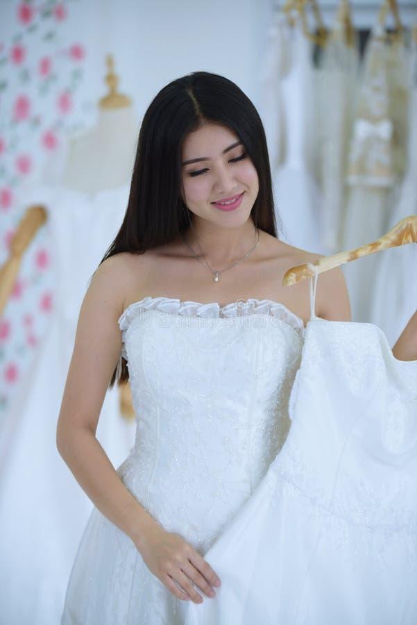 Die Braut kam, die Vorbereitung des Brautkleides zu messen stockbilder