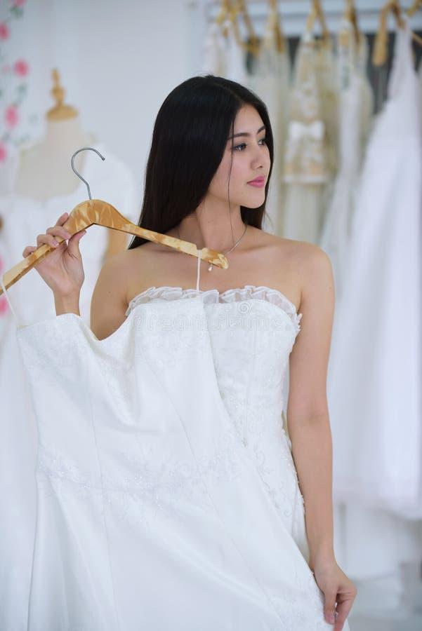 Die Braut kam, die Vorbereitung des Brautkleides zu messen lizenzfreie stockfotografie