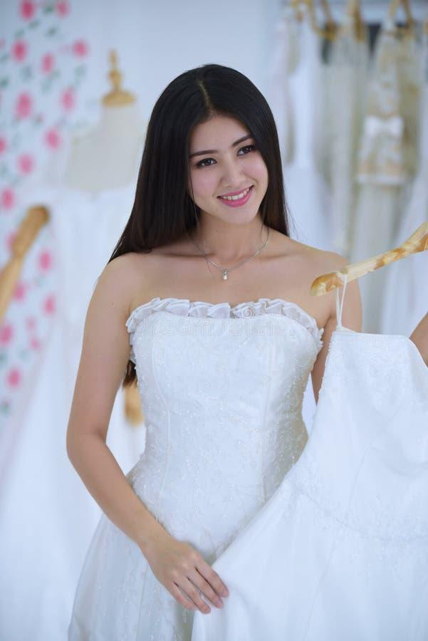 Die Braut kam, die Vorbereitung des Brautkleides zu messen stockfotos