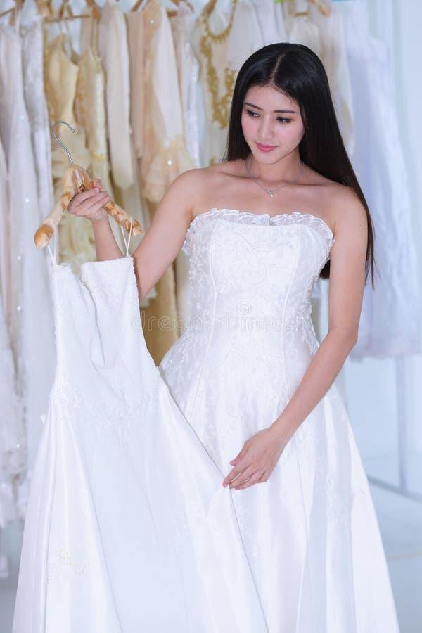 Die Braut kam, die Vorbereitung des Brautkleides zu messen lizenzfreies stockbild