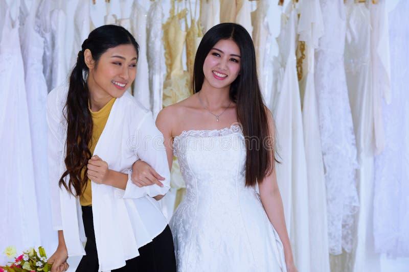 Die Braut kam, die Vorbereitung des Brautkleides zu messen lizenzfreie stockbilder