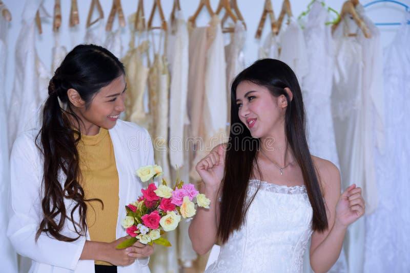 Die Braut kam, die Vorbereitung des Brautkleides zu messen lizenzfreie stockfotos