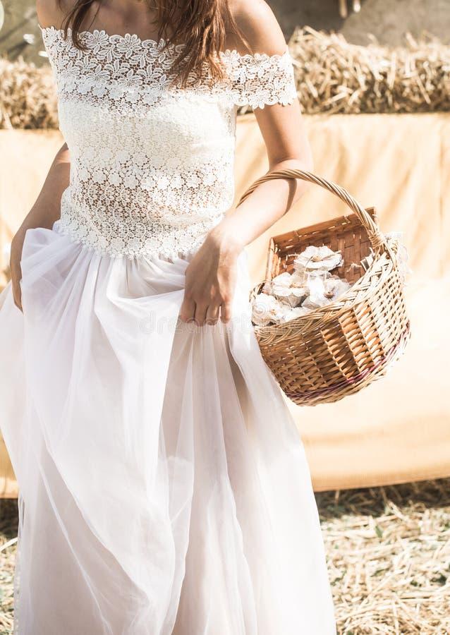 Die Braut mit einem Korb in den Händen stockfoto