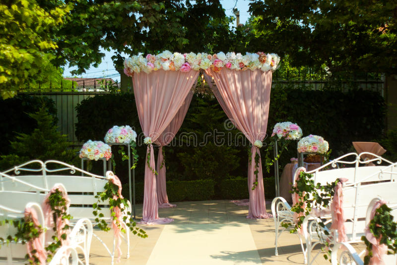 Die Braut mit einer Blume lizenzfreie stockfotografie