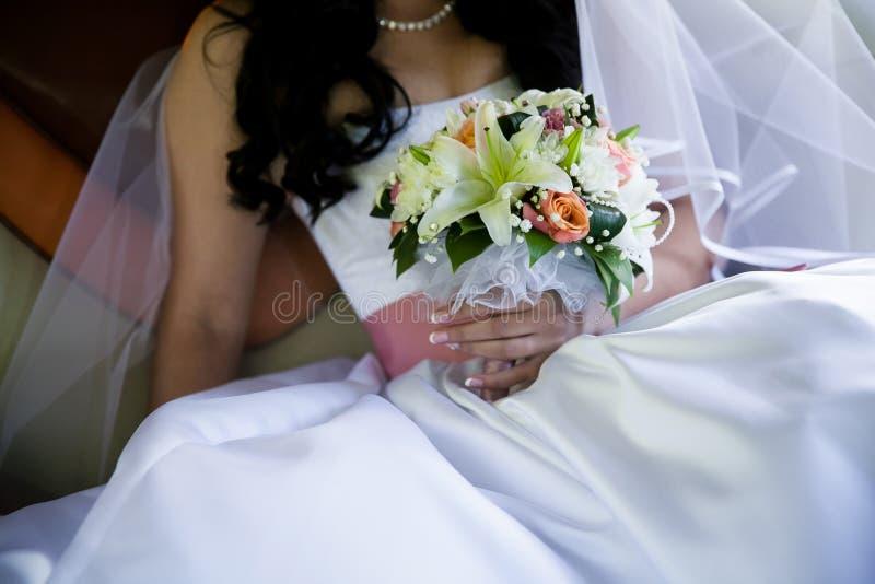 Die Braut mit Hochzeitsblumenstrauß stockbilder