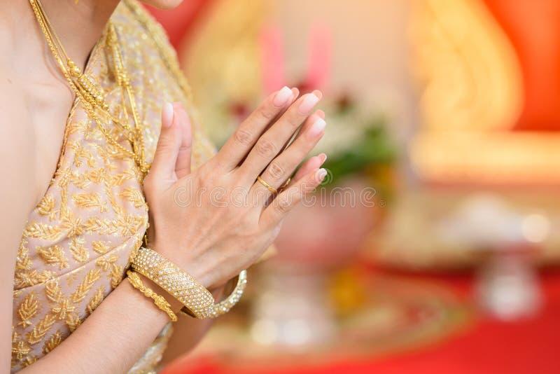 Download Die Braut ` s Hand stockfoto. Bild von schön, kleid - 106802726