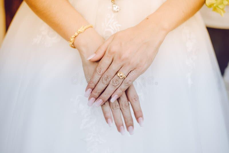 Download Die Braut ` s Hand stockbild. Bild von ehemann, abschluß - 106802835