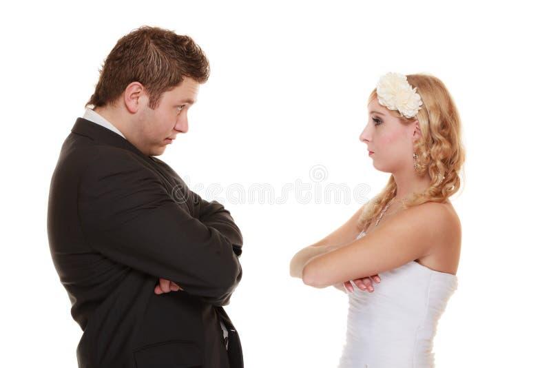 Die Braut und Bräutigam, die einander betrachten, beleidigten lizenzfreies stockbild