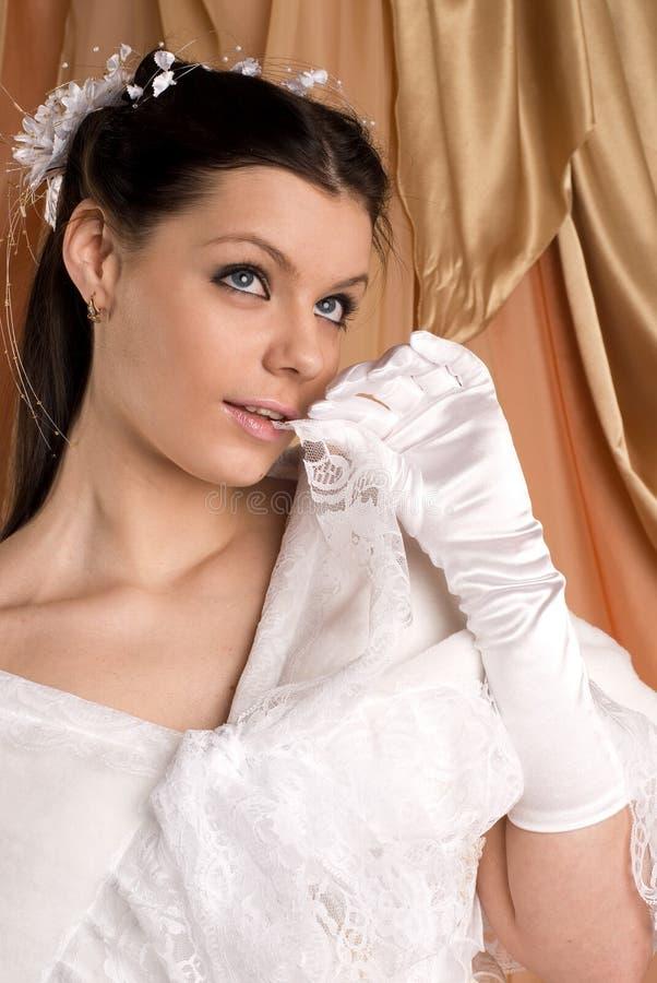 Die Braut und das Kleid lizenzfreie stockfotos