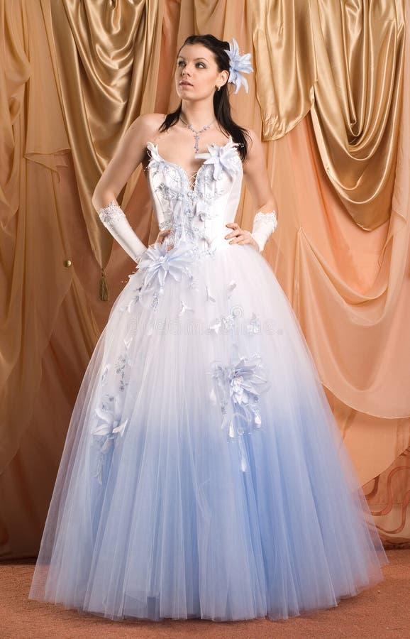 Die Braut und das Kleid lizenzfreies stockfoto