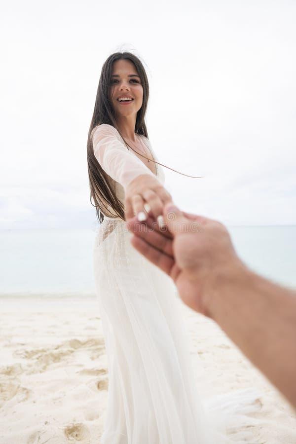 Die Braut zieht die Hand ihres Verlobten Eine Erstpersonenansicht eines Mannes stockfoto