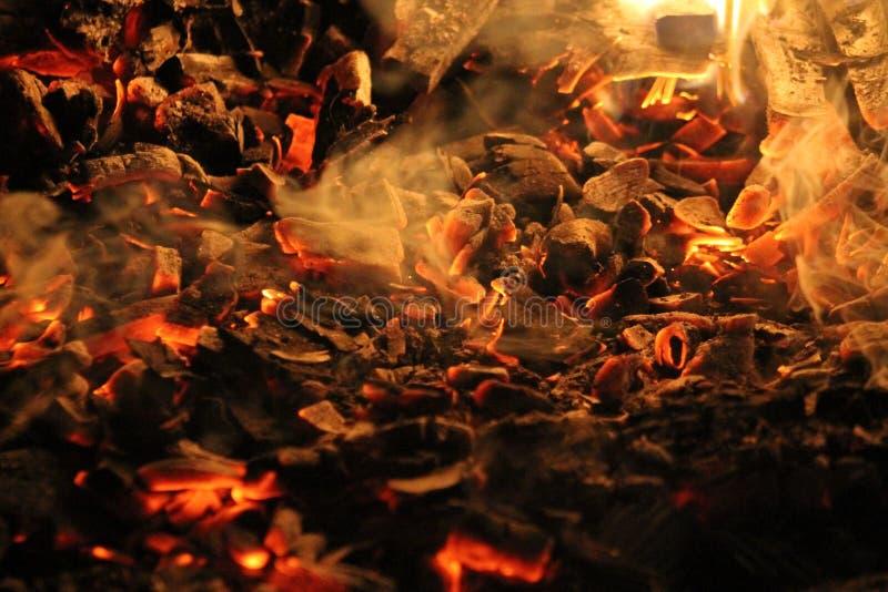 Die brennende Kohle lizenzfreie stockfotos