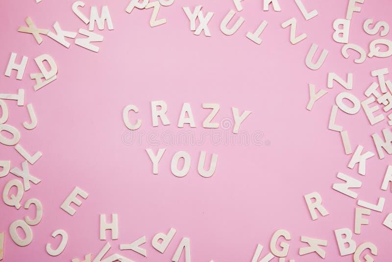 Die Briefe sortieren verrückt Sie auf Rosa lizenzfreies stockbild