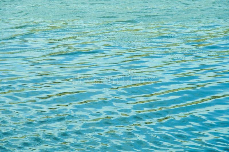Die Brise bewegt das Wasser und die Formwellen wellenartig stockfoto