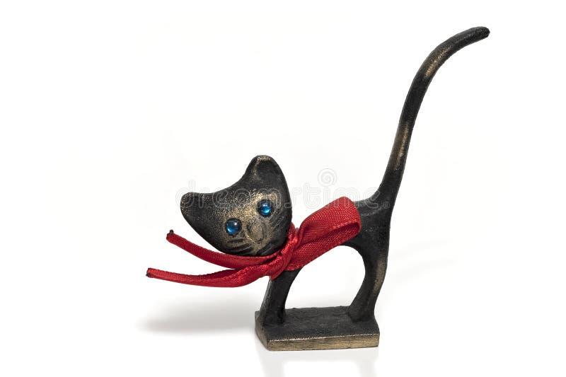 Die Bronzekatze mit dem roten Bogen lokalisiert lizenzfreie stockfotografie