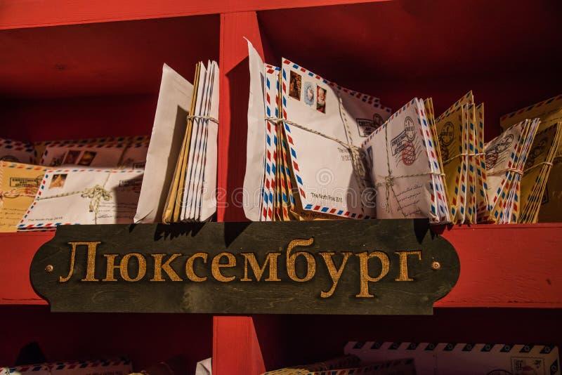 Die Buchstaben im Regal am Wohnsitz des Großvaters Frost stockfoto