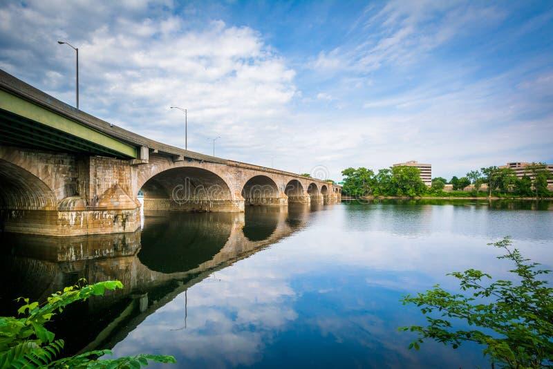 Die Bulkeley-Brücke über dem Connecticut River, in Hartford, Betrug stockfoto