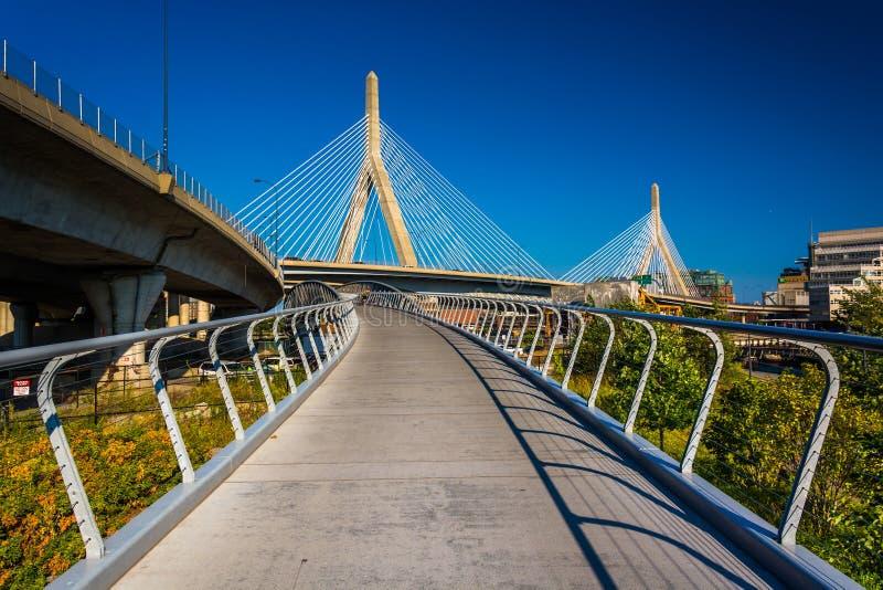 Die Bunker-Hügel-Brücke Leonard-P Erinnerungsbrücke und ein Gehweg I Zakim Bunker Hill stockfoto
