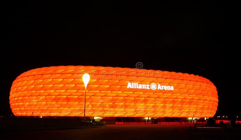 Die bunte Allianz Arena in München lizenzfreies stockfoto