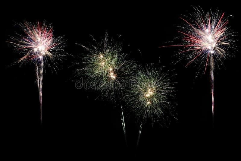 Die bunte Anzeige der festlichen Feuerwerke, die lokalisiert wird, beim Bersten formt auf schwarzen Hintergrund lizenzfreies stockfoto