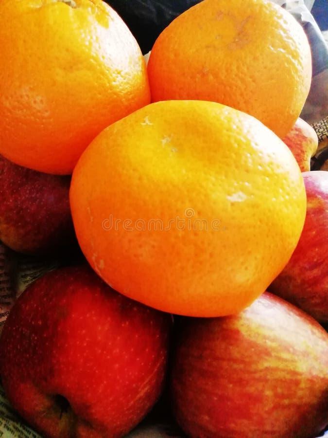 Die bunten frischen Saisonfrüchte stockbilder