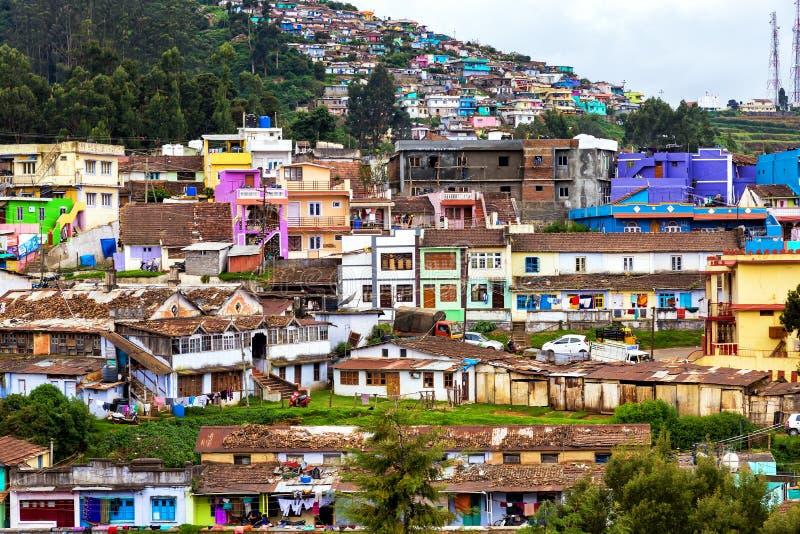 Die bunten Häuser von Ooty, Indien lizenzfreies stockbild