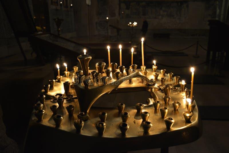 die Burningkerzen in der alten Kirche stockfotografie
