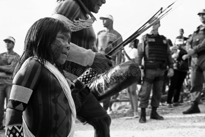 Die CaiapÃ-³ s Leute, die in der amazonischen Stadt ankommen lizenzfreie stockbilder