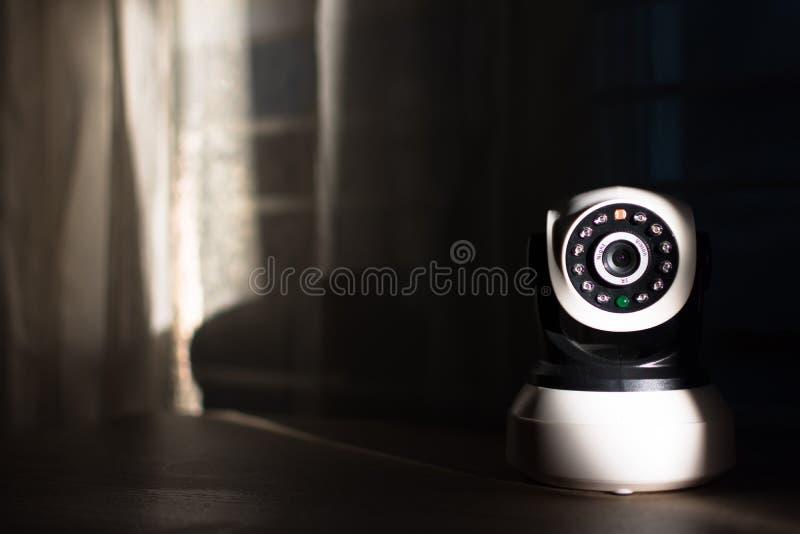Die CCTV-Überwachungskamera, die im Haus funktioniert stockfotografie