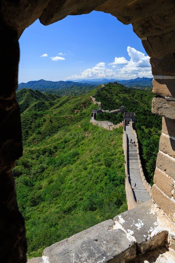 Die Chinesische Mauer gesehen vom Schutz House Window lizenzfreies stockbild