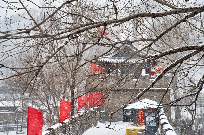Die Chinesische Mauer im Winter lizenzfreie stockfotos