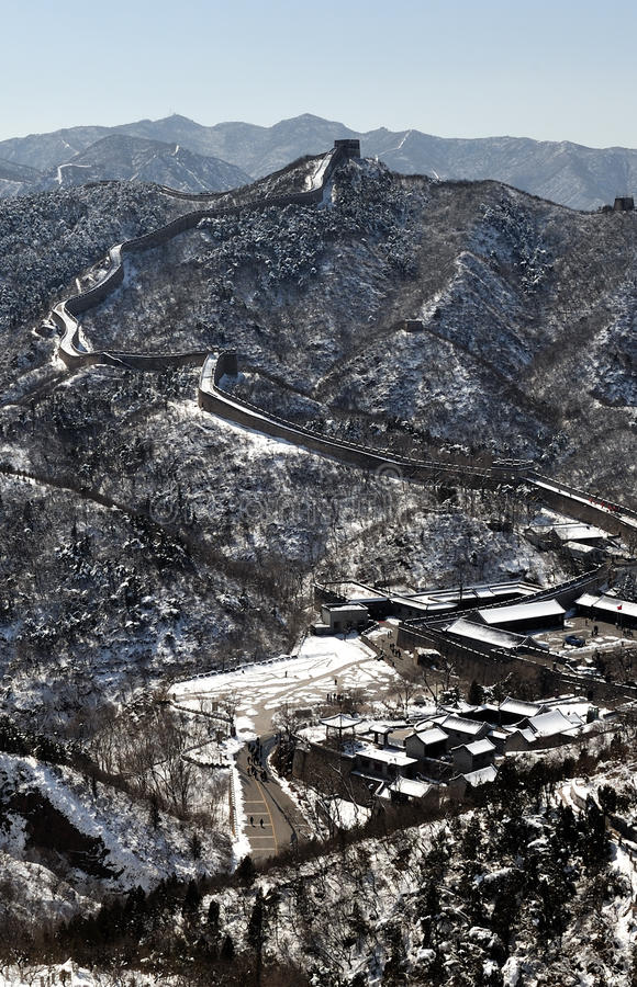 Die Chinesische Mauer im Winterweißschnee stockfotos