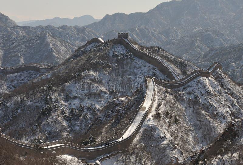 Die Chinesische Mauer im Winterweißschnee stockfoto