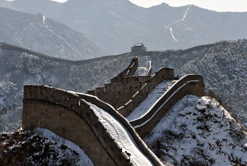 Die Chinesische Mauer im Winterweißschnee lizenzfreies stockbild