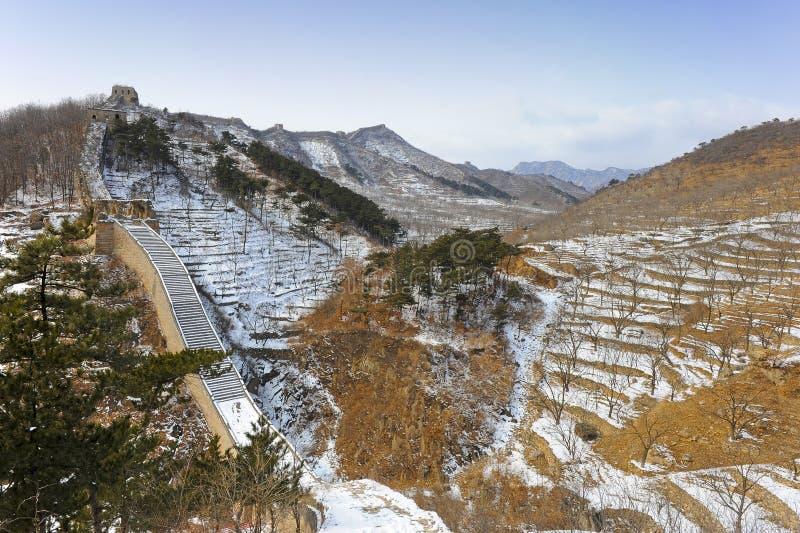 Die Chinesische Mauer von China im Schnee stockbilder