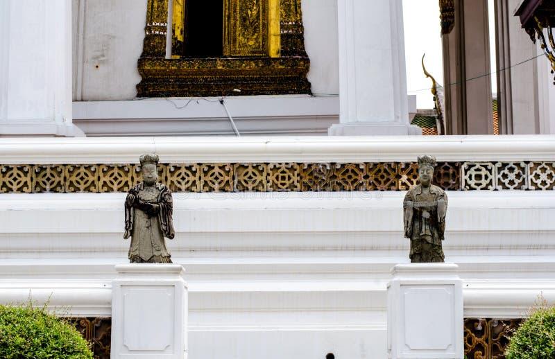 Die chinesische Wächterdoppelstatue im thailändischen Tempel stockfotos
