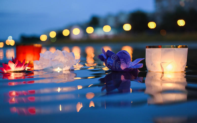 Die chinesischen Laternen, die in Fluss nachts mit Stadt schwimmen, beleuchtet lizenzfreie stockfotos