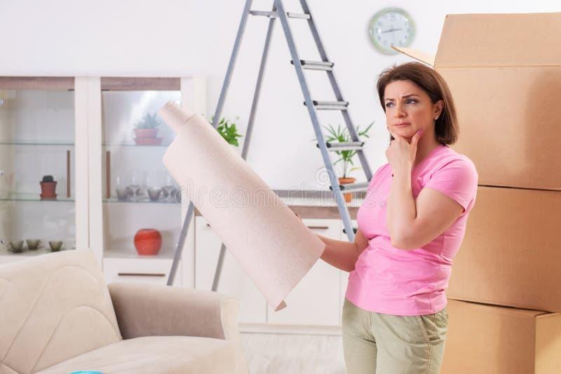 Die chosing Tapete der Frau für flache Erneuerung lizenzfreies stockfoto
