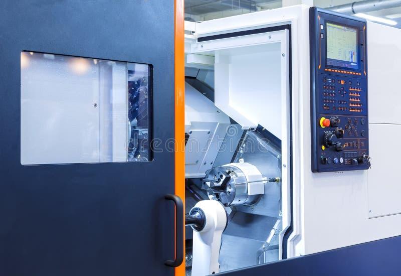 Die CNC-Drehbank Maschine oder die Drehmaschine, welche die Metallstange mit dem Bohrgerätwerkzeug und Zentrierbohrerwerkzeug boh lizenzfreies stockfoto