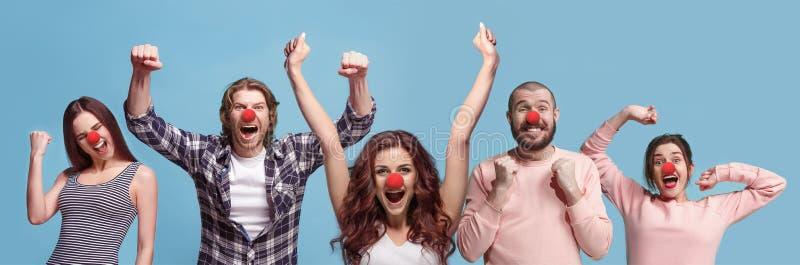 Die Collage von Gesichtern von überraschten Leuten auf korallenroten Hintergründen lizenzfreies stockfoto